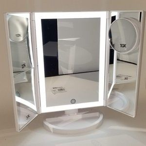 Mirror Embrace Bath - Hollywood Makeup Mirrors with LED Lights.